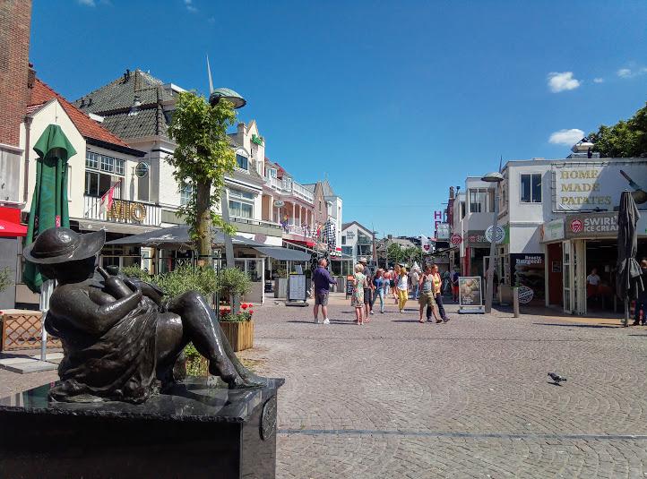 Площадчето Kerkplein със статуя на седнала жена, прегърнала бутилка.