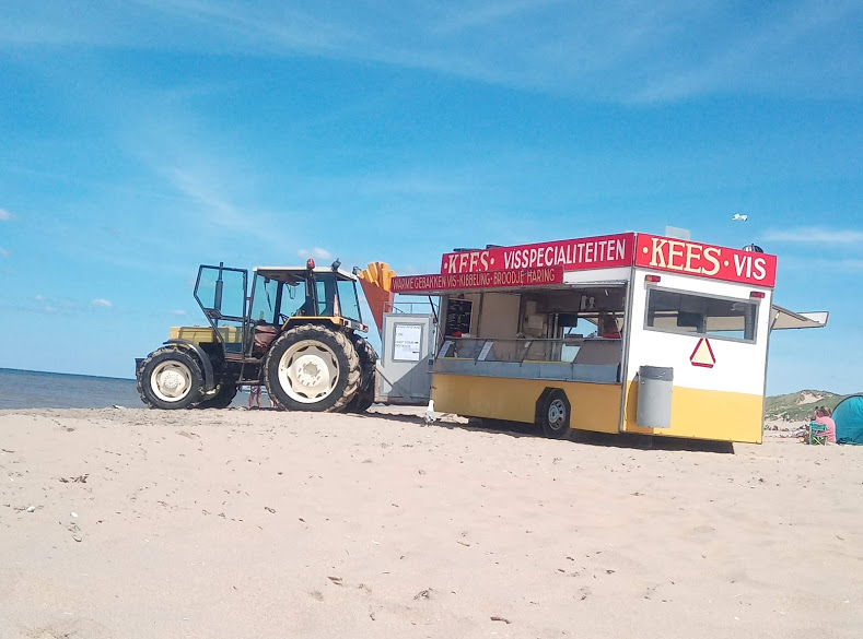 Трактор и павилион за риба и картофки.
