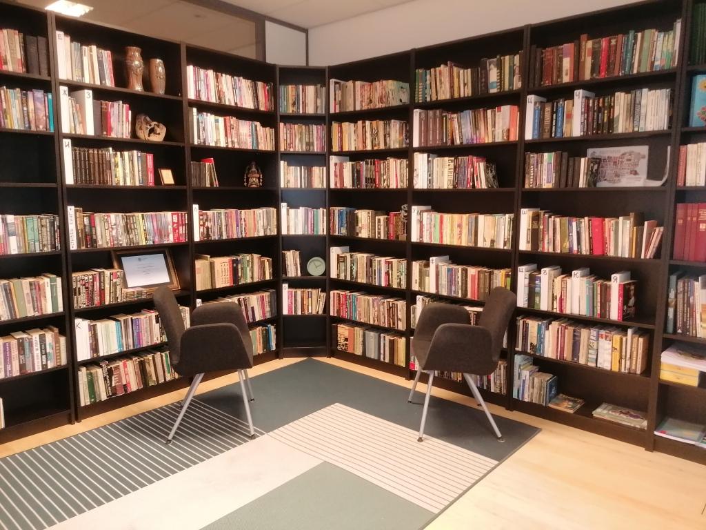 Терапиите на Мирена в Амстердам, Нидерландия, се провеждат в българската библиотека.