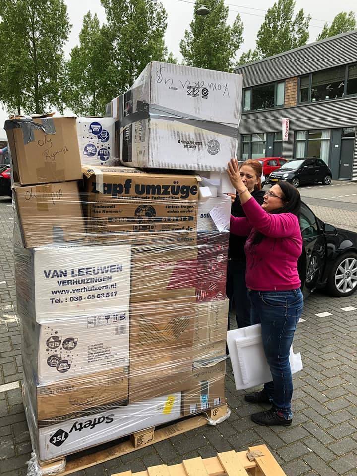 """Изпращане на играчки за онкоболни деца в Пловдив, организирано от българското сдружение """"Каузата"""" в Нидерландия."""