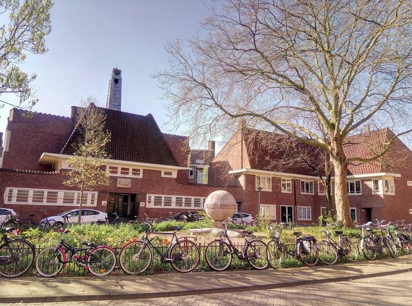 Много сгради в Амстердам, Нидерландия, са построени преди 60-е години. Coöperatiehof в De Pijp (на снимката) е един от много такива примери.