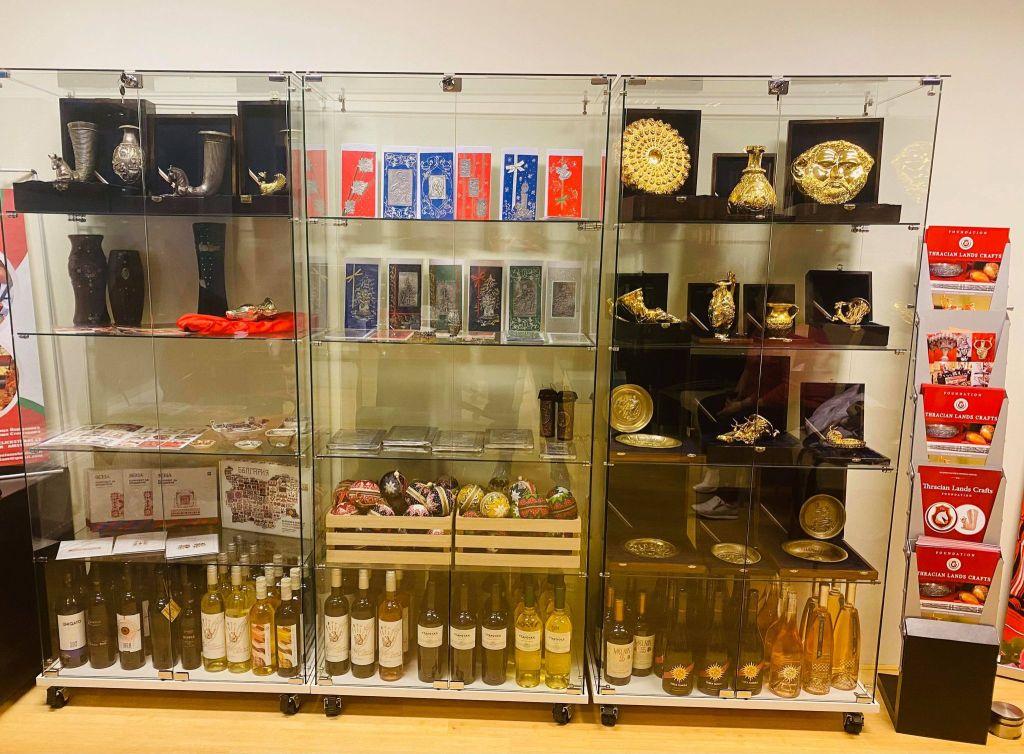 Реплики на златни тракийски съкровища са постоянно изложени в Българския културен и информационен център в гр. Амстердам, Нидерландия и всеки посетител може да ги разгледа.