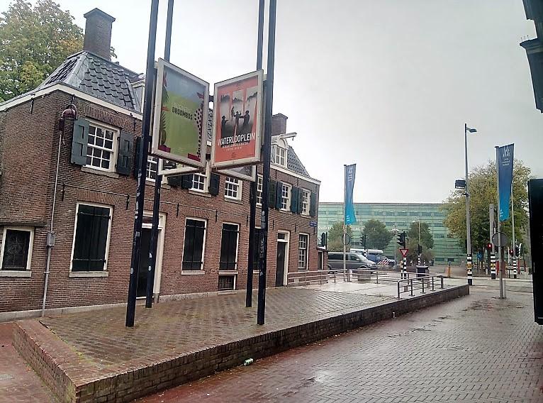 В детския музей се влиза през входа на Еврейския исторически музей (Joods Historisch Museum) като и двата са част от Еврейския културен квартал (Joods Cultureel Kwartier) на гр. Амстердам, Нидерландия.