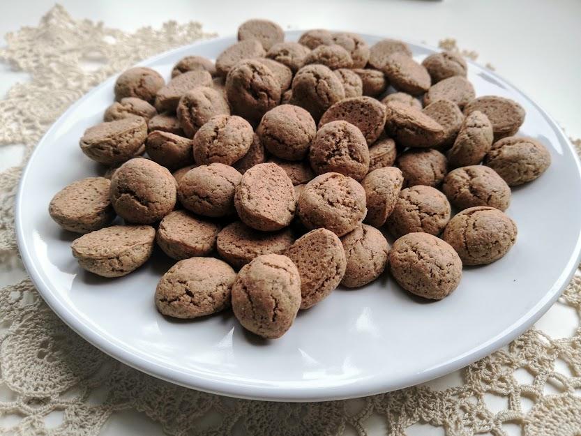 Това са kruidnoten и явно не трябва да ги бъркаме с pepernoten при празнуването на Синтерклас в Нидерландия.