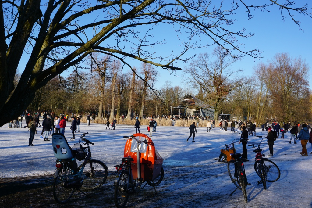 Зимна нидерландска идилия във Vondelpark. (Снимка: Mokum.bg)