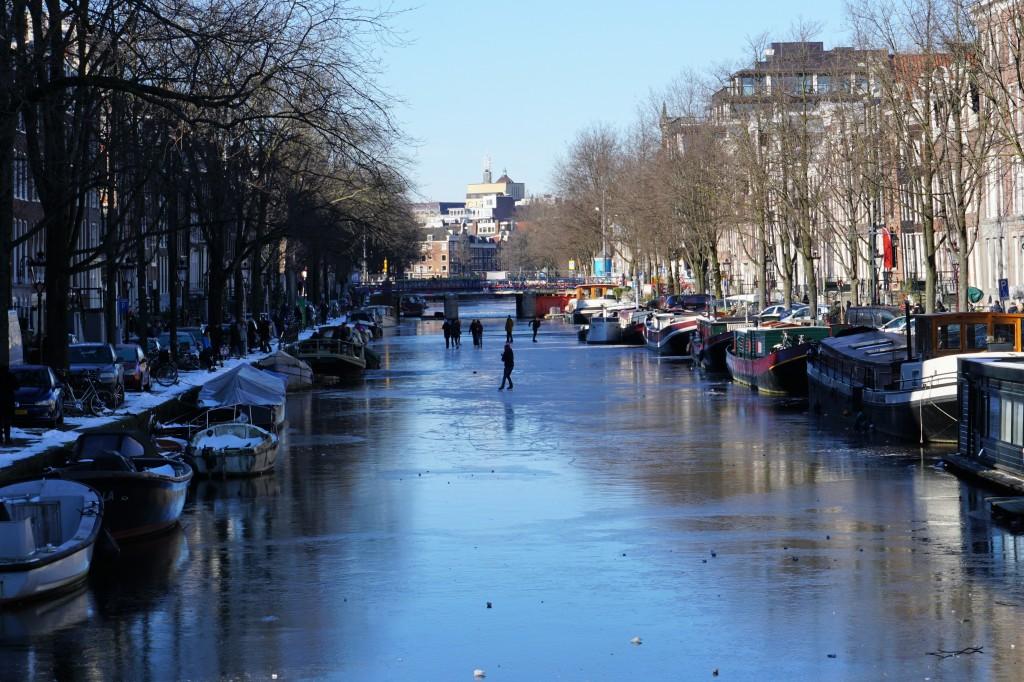 Да караш кънки по каналите на Амстердам е уникално преживяване.