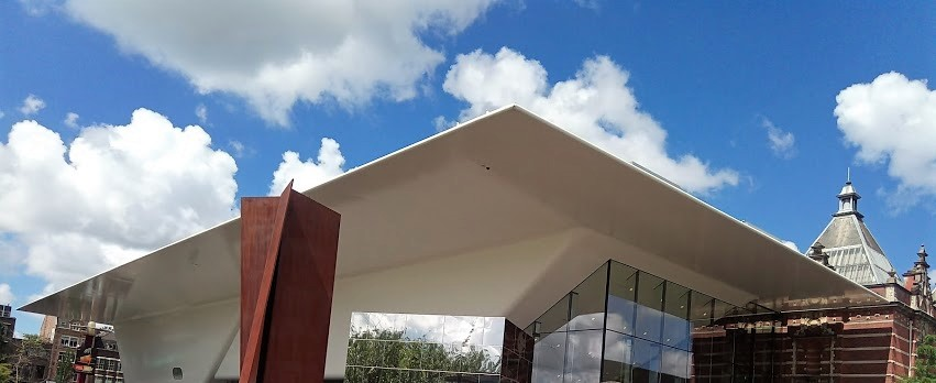 """""""Ваната"""" е новата част от сградата на Stedelijk Museum Amsterdam."""