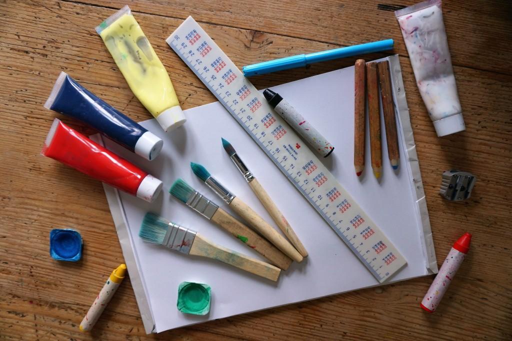 Материалите са по ваш избор. Лист хартия и червен, жълт, син и черен цвят са ви напълно достатъчни.