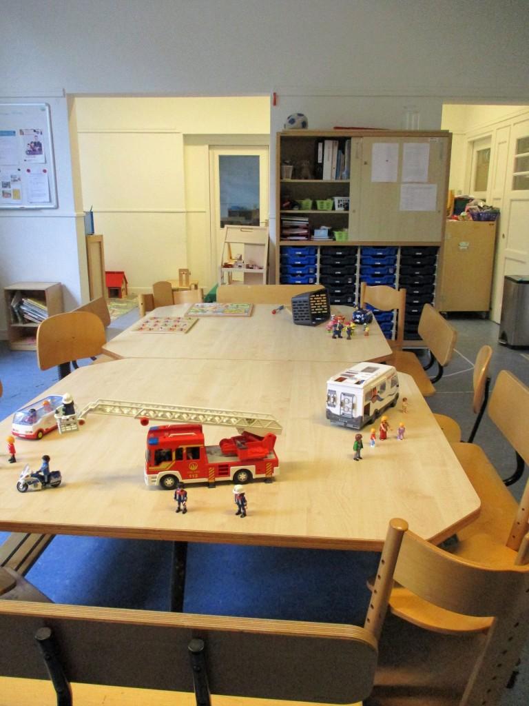 Учителки и деца обядват заедно на тази маса в предучилищната.