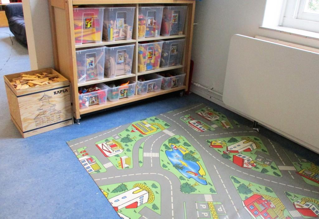 На разположение на децата са различни блокове, релси и какви ли не играчки.