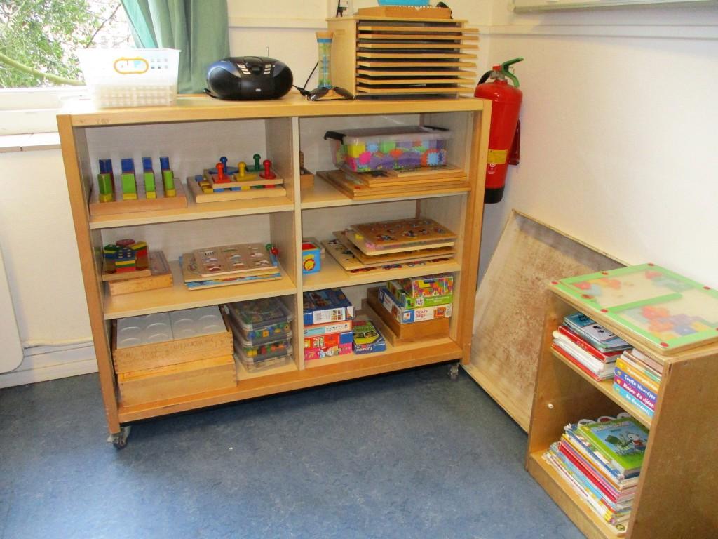 Някои от книжките и игрите, с които децата могат да си изберат да играят в предучилищната група.
