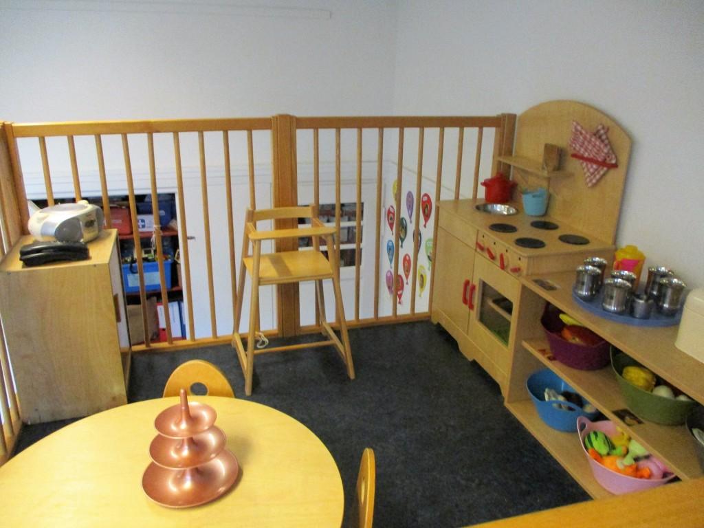 """В кухненския кът децата готвят, грижат се за кукли и """"пият чай"""" заедно. предучилищна подготовка"""