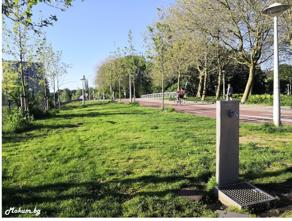 На много места в Холандия (в паркове, детски площадки и други) има безплатна питейна вода! Носим си бутилките ( за предпочитане от неръждаема стомана или стъкло) и хем пием хубава вода, хем не плащаме за нея, а на всичкото отгоре и спасяваме драгата ни планета  от доста пластмасов боклук!