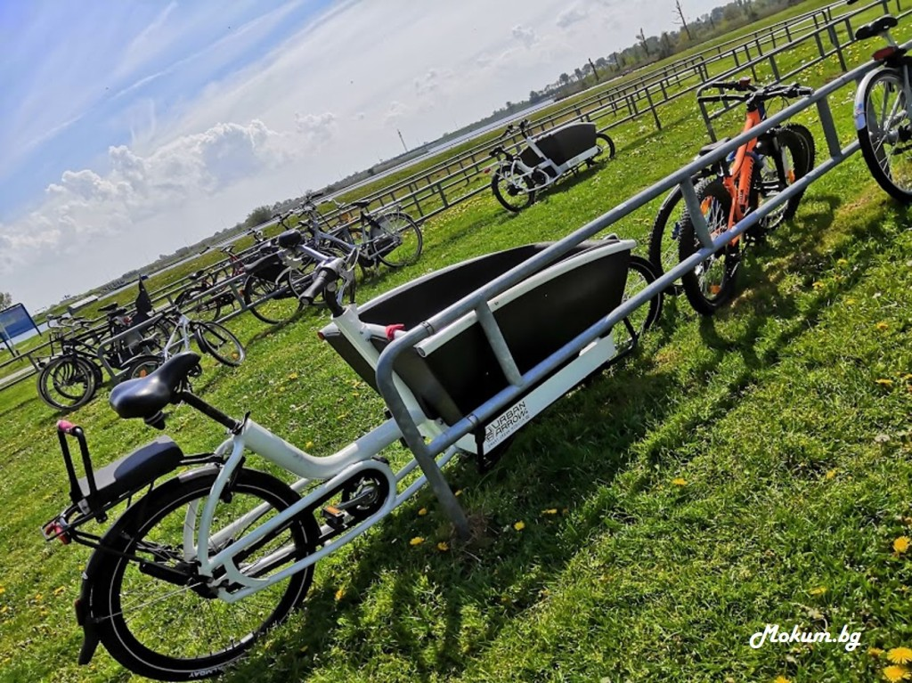 Навсякъде в Холандия има велоалеи и места за паркиране на колелетата! Велосипедите са обичаен, най-бърз, най-здравословен и най-евтин начин за придвижване в града (и не само). Освен това с тях пазим и планетата, защото нямат въглероден отпечатък, ура!