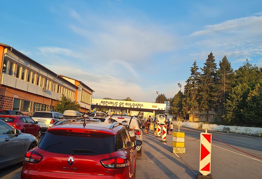 """От """"потърпевши"""" пък знаем, че миналия уикенд са чакали около 10 часа за влизане от Сърбия в България, вероятно поради комбинация от голям поток пътуващи и проверка за изискванията, освобождаващи българите от карантина."""