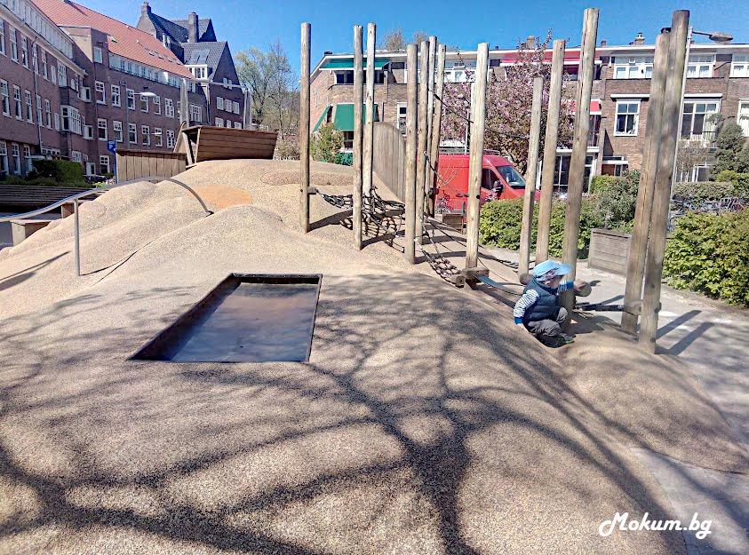 Училищен двор в Амстердам, Нидерландия. Холандия.