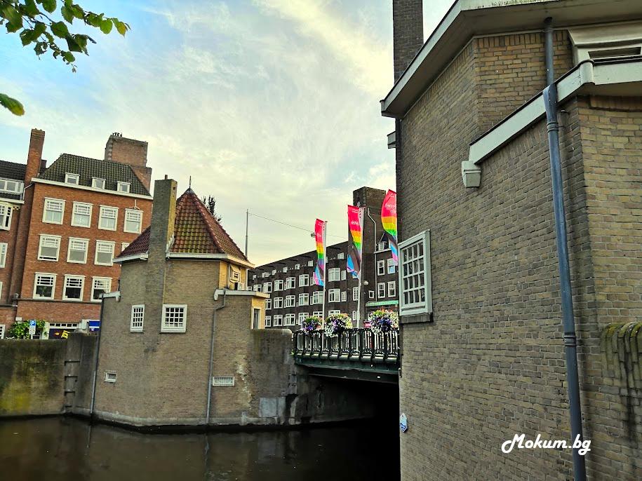 Архитектите от Амстердамското училище работят не само по жилищни сгради, но и по различни обществени сгради и мостове. Barbiersbrug е дело на Piet Kramer – виден представител на Amsterdamse School.