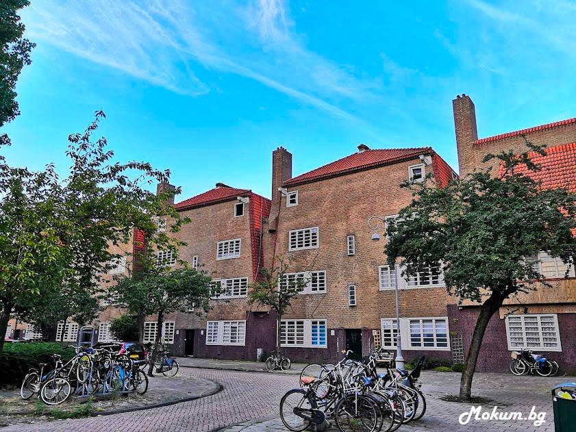 Един от блоковете на de Dageraad от друга гледна точка. В средата на блоковете в Амстердам обикновено има градини и дворове за партерните апартаменти, недостъпни за неживущи. Така е и в блоковете на Амстердамското училище.