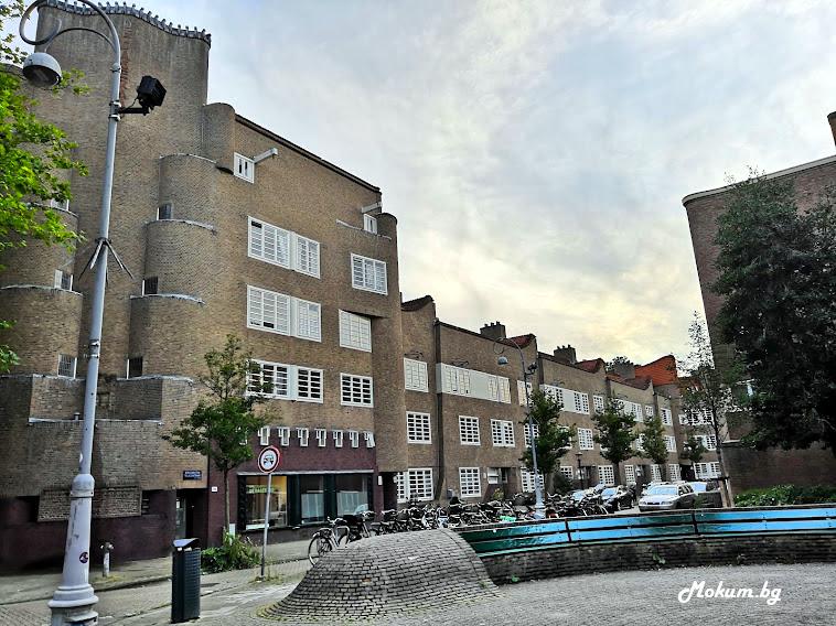 Типични елементи на архитектурния стил Amsterdamse School в de Dageraad.
